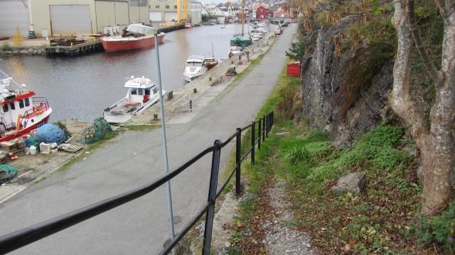 Fiskernes vei, utsikt ovenfra der rekkverket slutter, mot Kongshavn