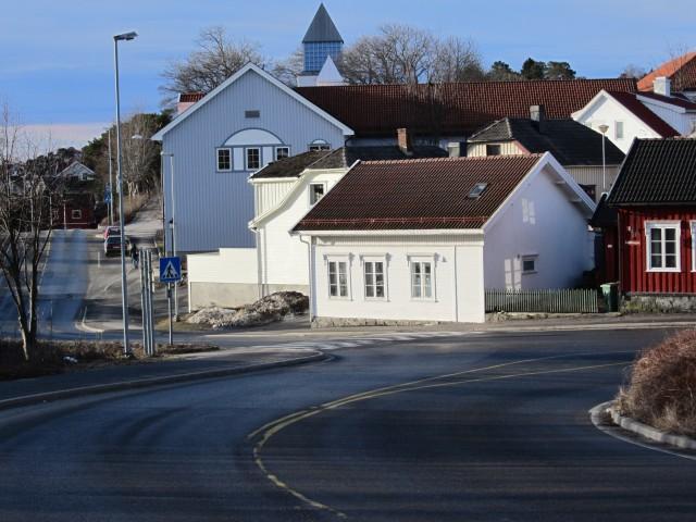 Lilletorvet, den sydlige enden av Baneveien. Vi ser Rådhusets nordvegg og kirketårnet i bakgrunnen