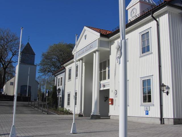 Rådhuset til høyre, sett fra Kirkeveien. Kirken i bakgrunnen (2011)
