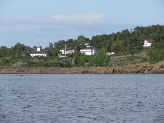 Langesund Bad sett fra sjøen. Alle bygningene vi ser hører til eiendommen