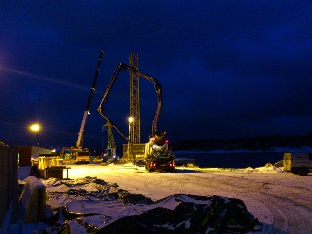 Byggekranen monteres på den nye Havneterminalen