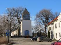 Kirken med inngangsparti sett fra nord
