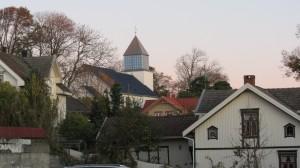 Kirken sett fra sør, krysset Skougaardsgate og Clarksgate